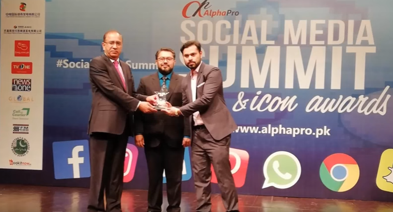 Junaid Tariq won the Best Digital Marketer Award at Social Media Icon Event 2018 PNCA Islamabad
